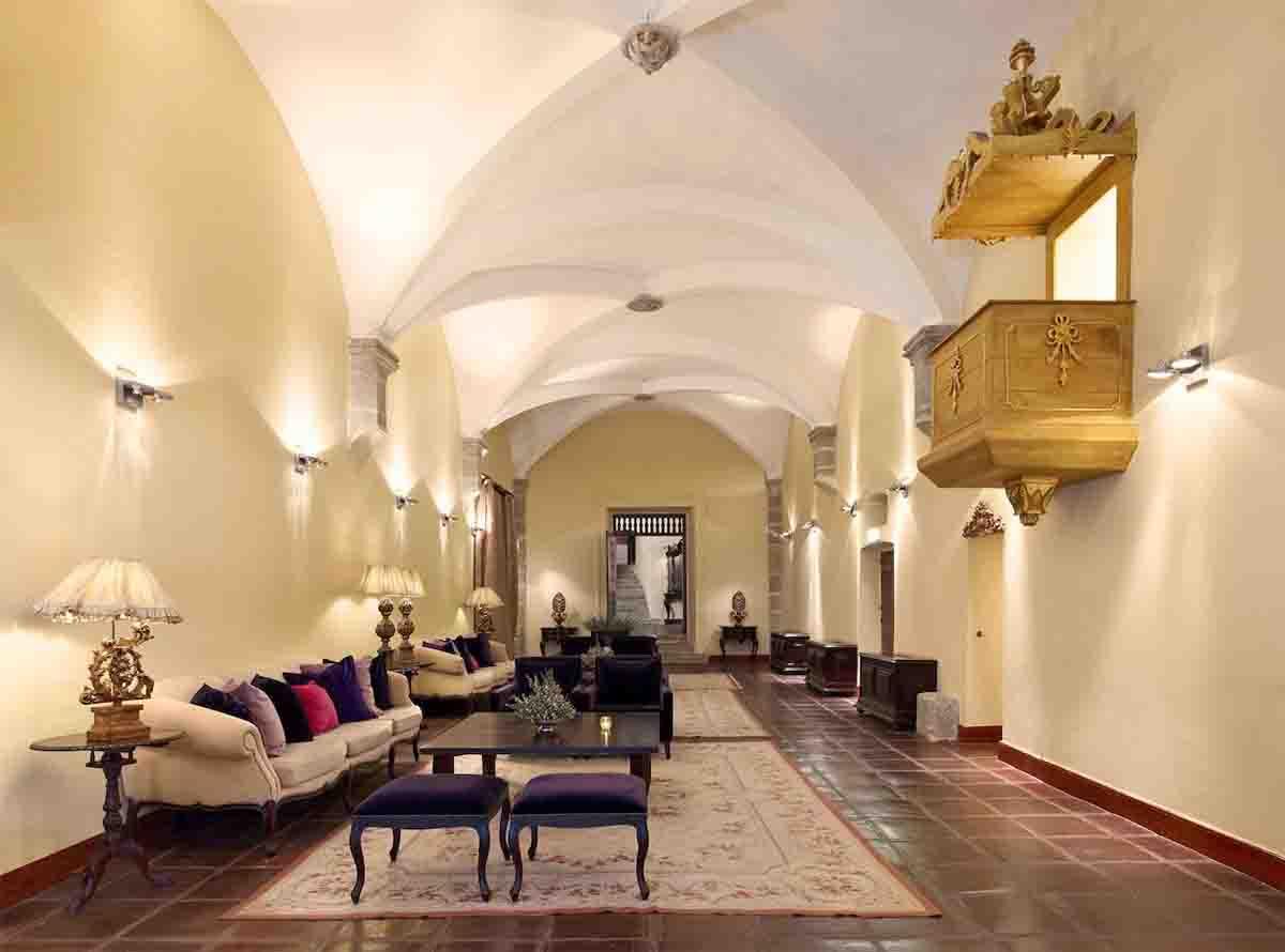 Convento do Espinheiro seating area