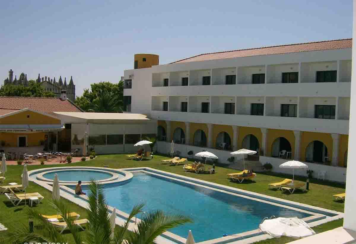 Hotel Dom Fernando pool area