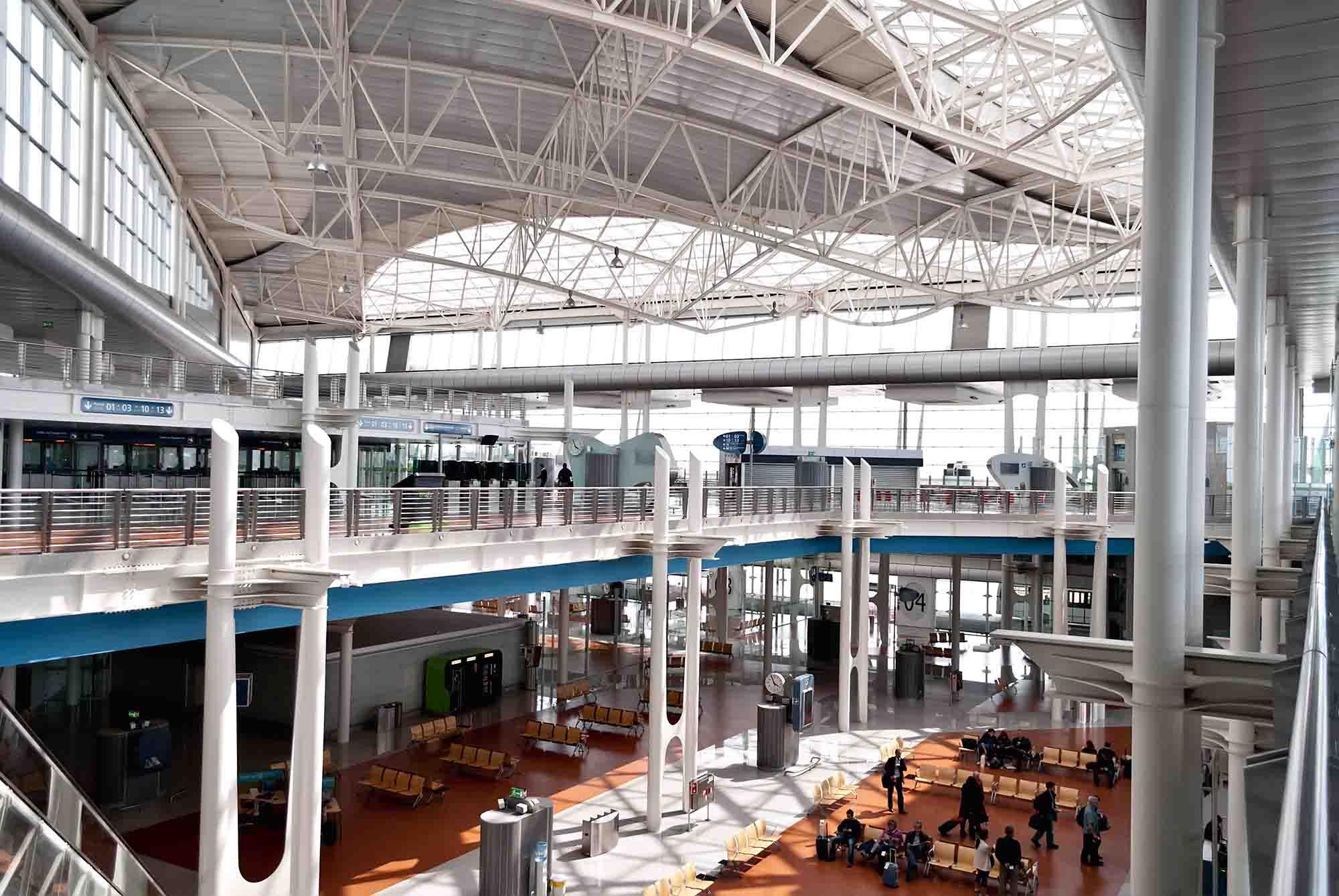 porto airport interior